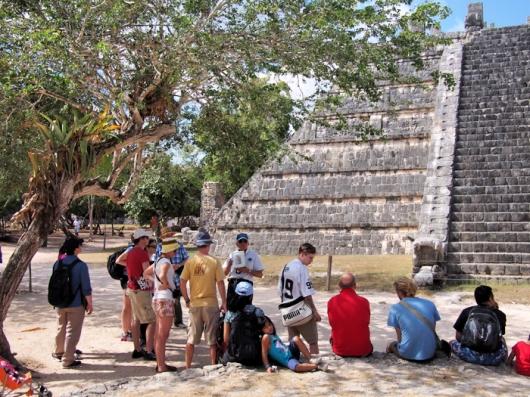 Наша международная команда около храма Венеры в сопровождении гида Карлоса (компания Gray Line)