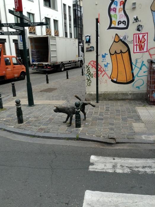 «Писающая Собачка (Zinneke Pis)» Тома Францена, Брюссель
