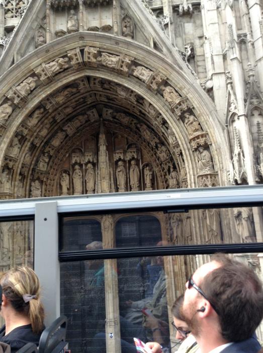 Церковь Пресвятой Девы Марии на Песке – Notre-Dame du Sablon - фрагмент из автобуса