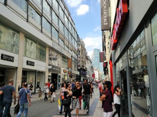 Известная своими магазинами пешеходная улица Нёв (Rue Neuve), Брюссель