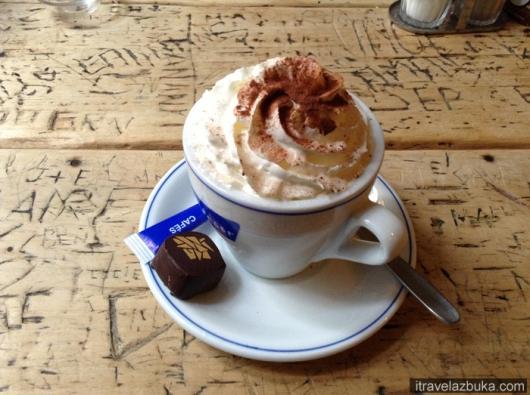 Кофе с фирменной конфетой-пралине «Цветок из позолоченной бумаги», Брюссель