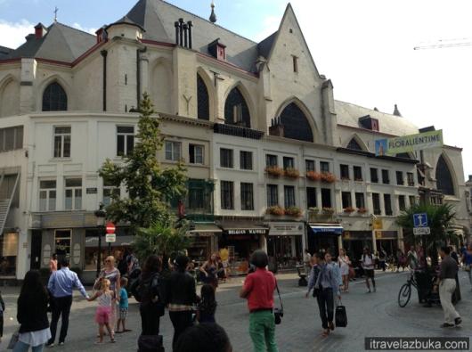 Вафельный киоск под вывеской «Belgian Waffels», Брюссель