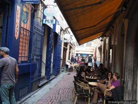Impasse de la Fidélité/Getrouwheidsgang – здесь находится скульптура «Писающей Девочки» и «Delirium Café»